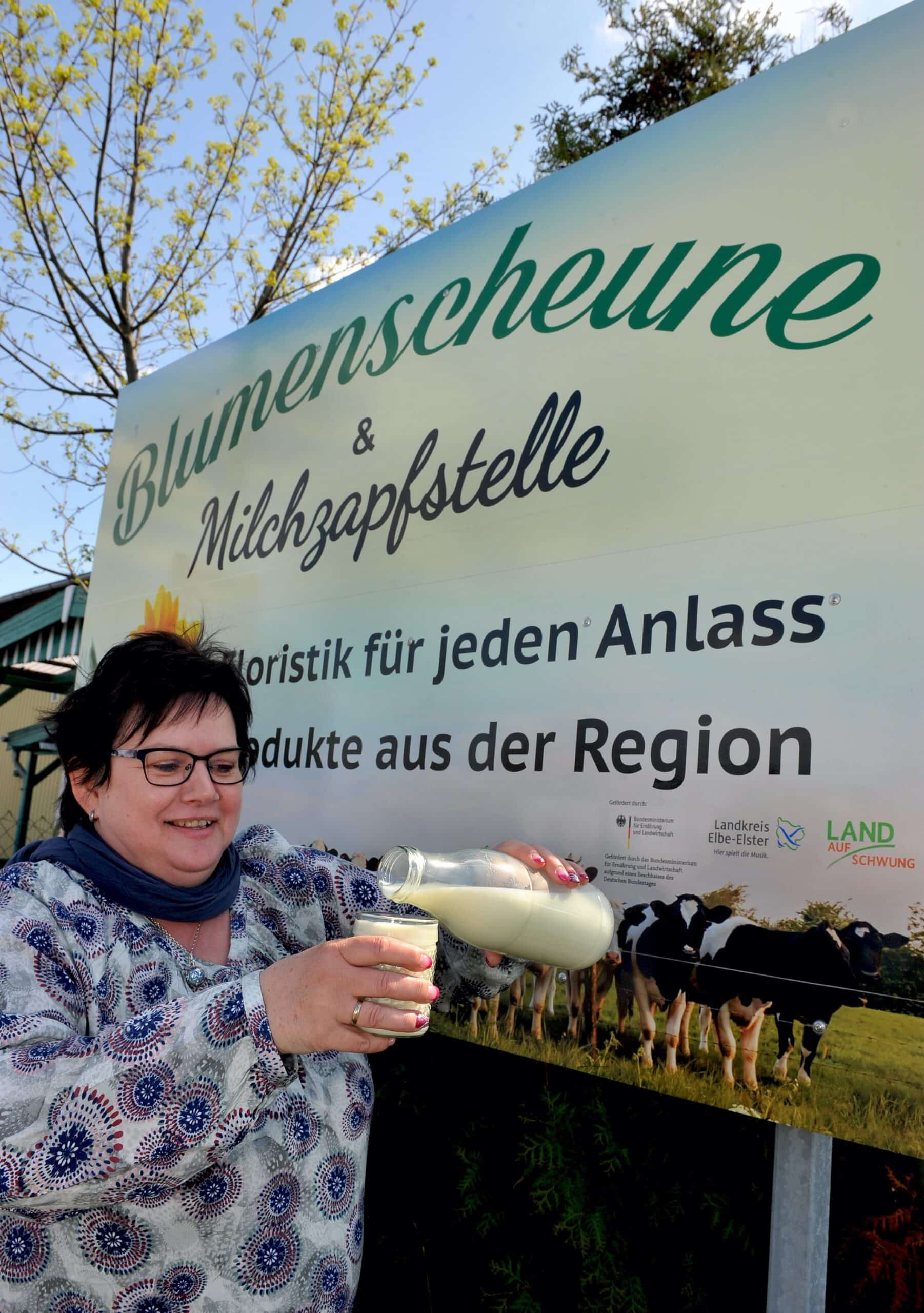 Schild Blumenscheune und Milchzapfstelle