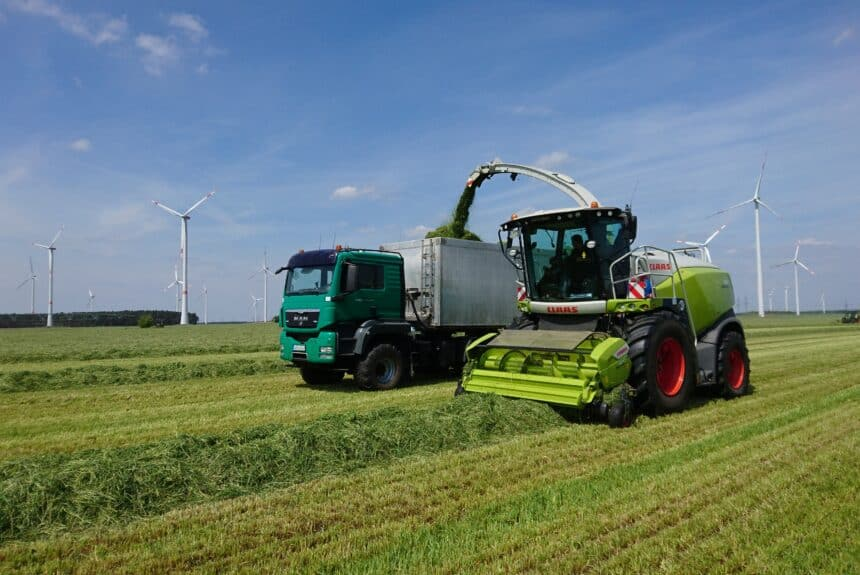 Agrotruck mit Grashäcksler
