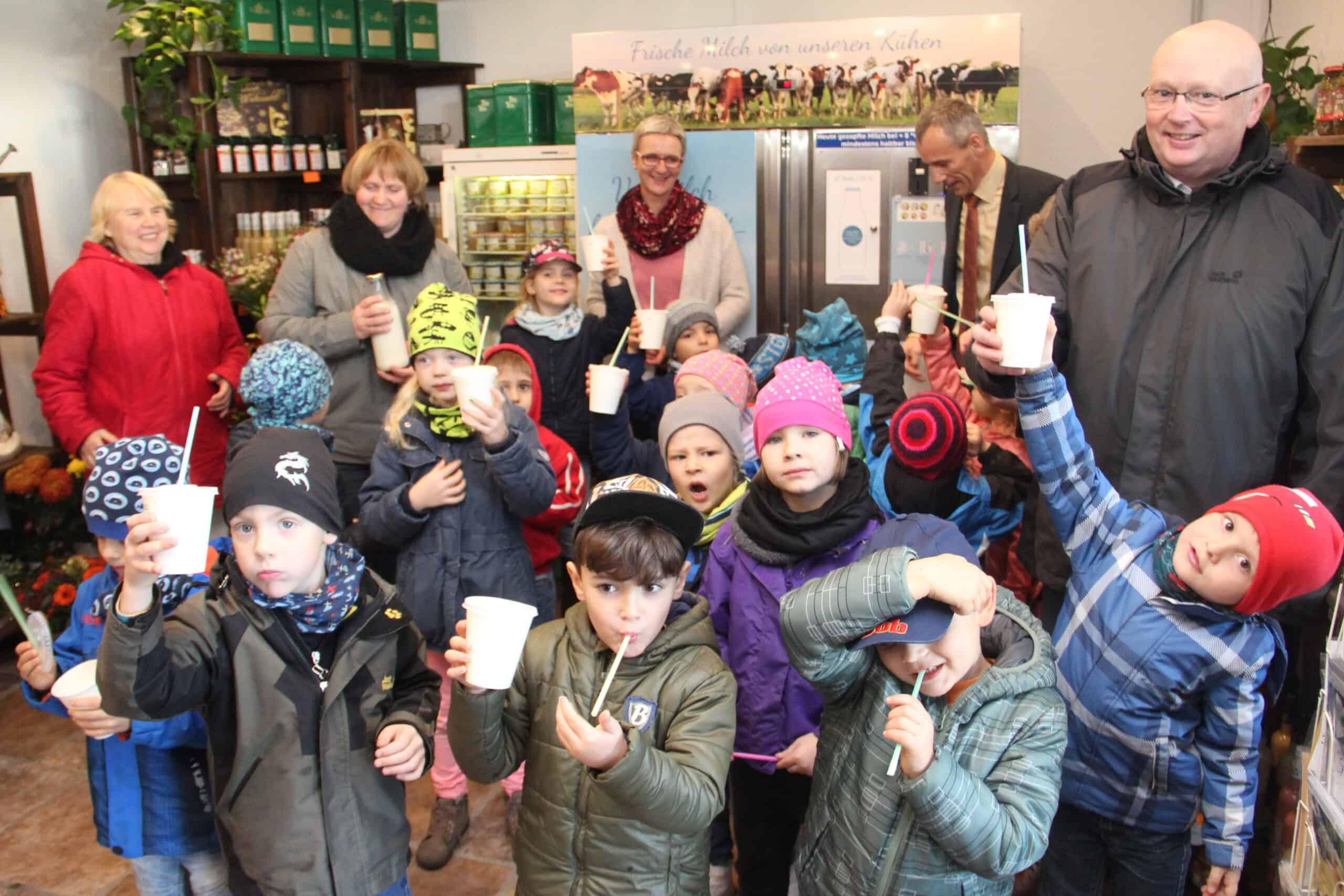 Kindergruppe vor der Milchzapfstelle